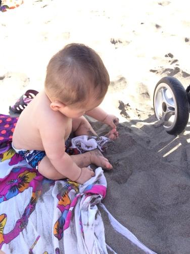 su primera vez en la playa